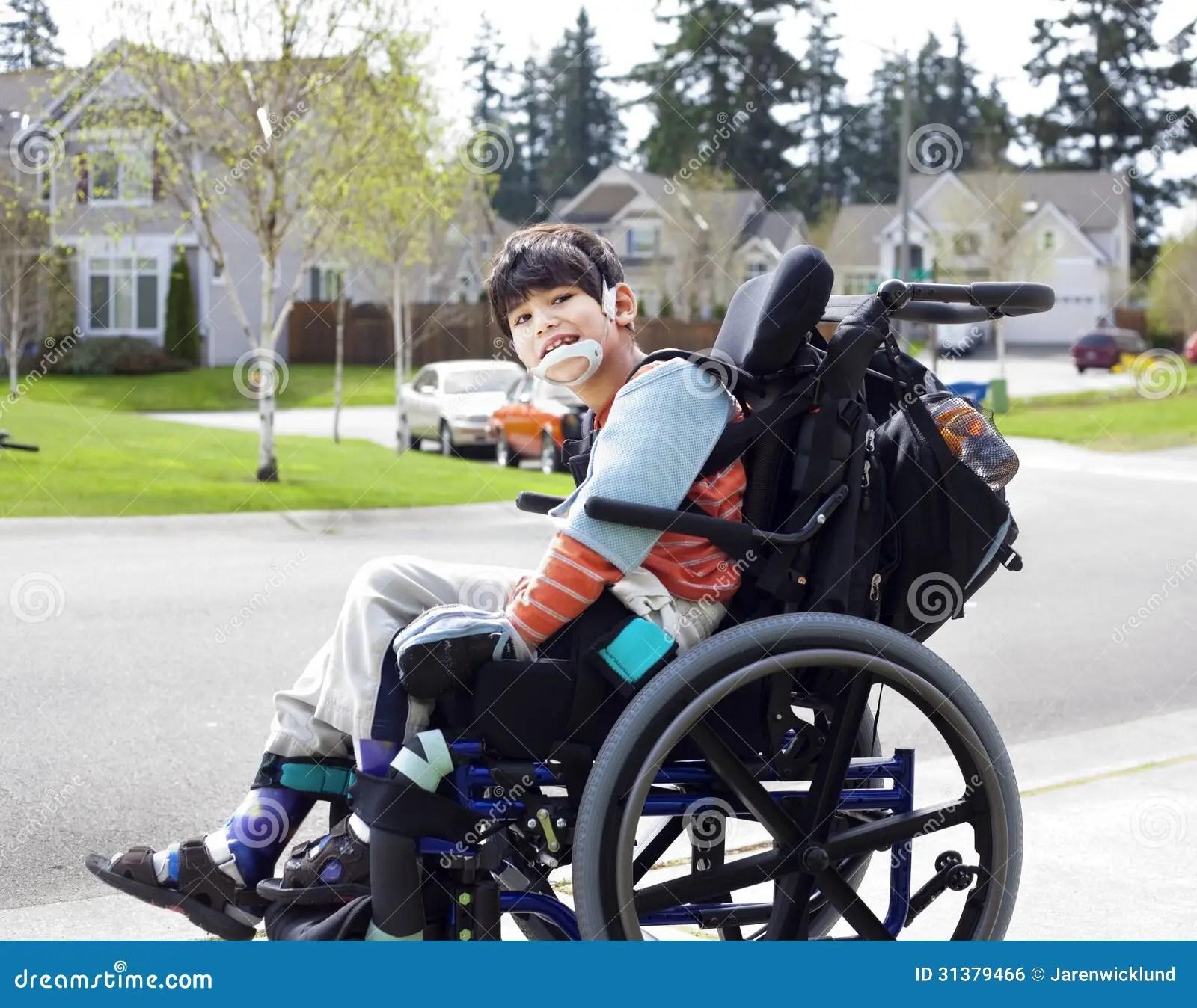 Piccolo Ragazzo Disabile Felice In Sedia A Rotelle