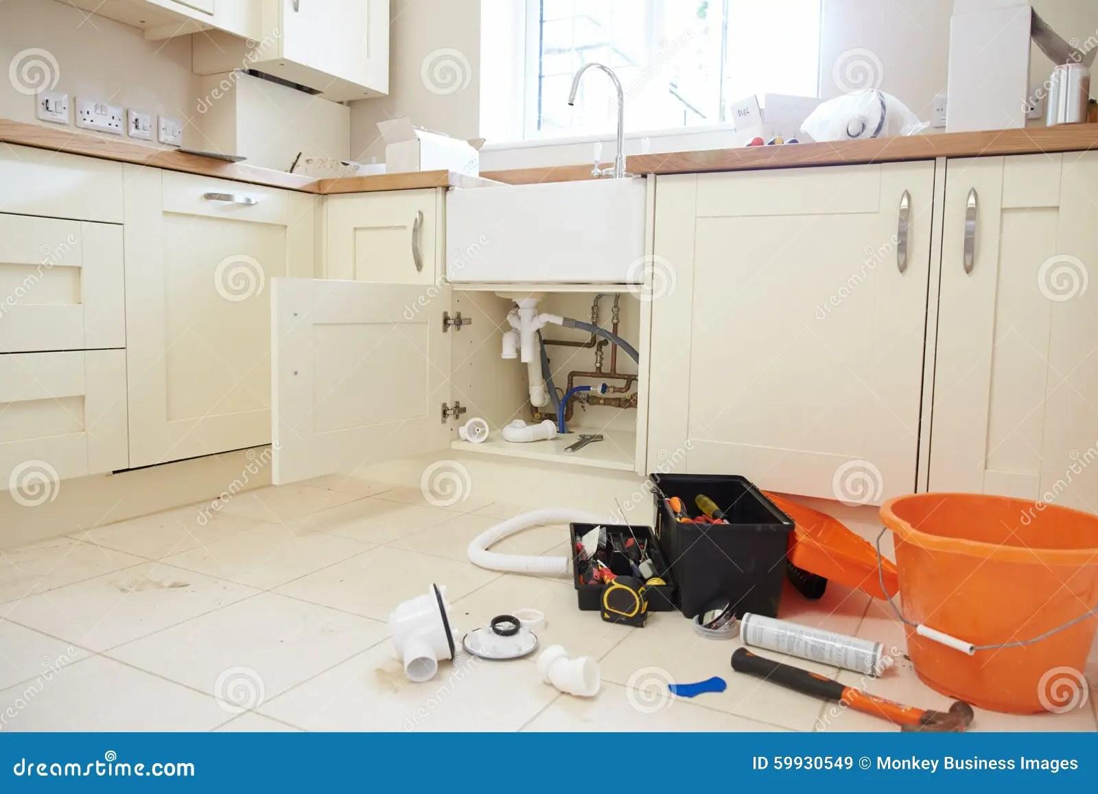 kitchen floor danze parma faucet plumbera s工具和设备在厨房地板上库存图片 图片包括有空间 管道 s工具和设备在厨房地板上