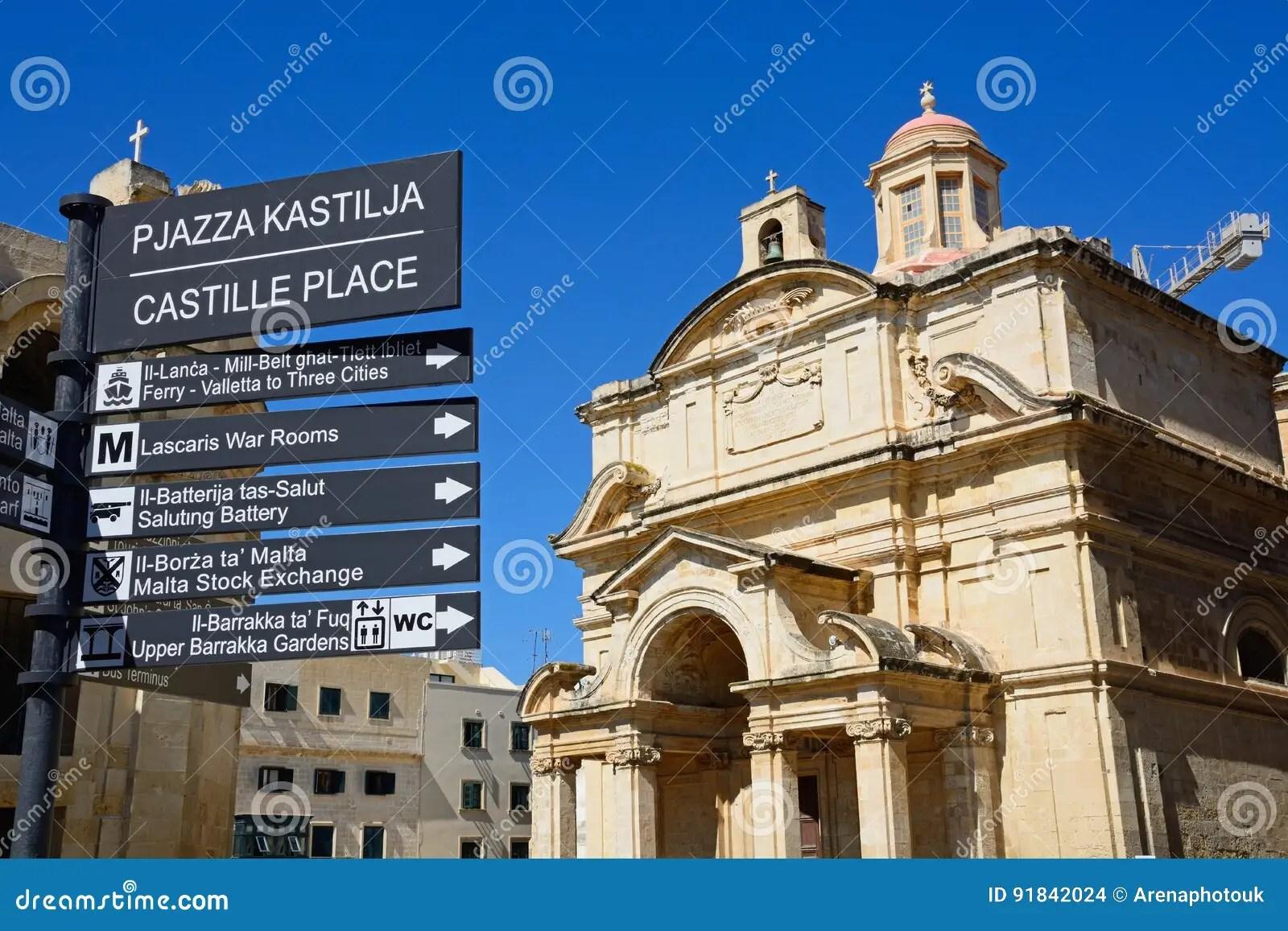 poteau indicateur et st catherine de castille place d eglise de l italie la valette photo stock image du catholique valletta 91842024
