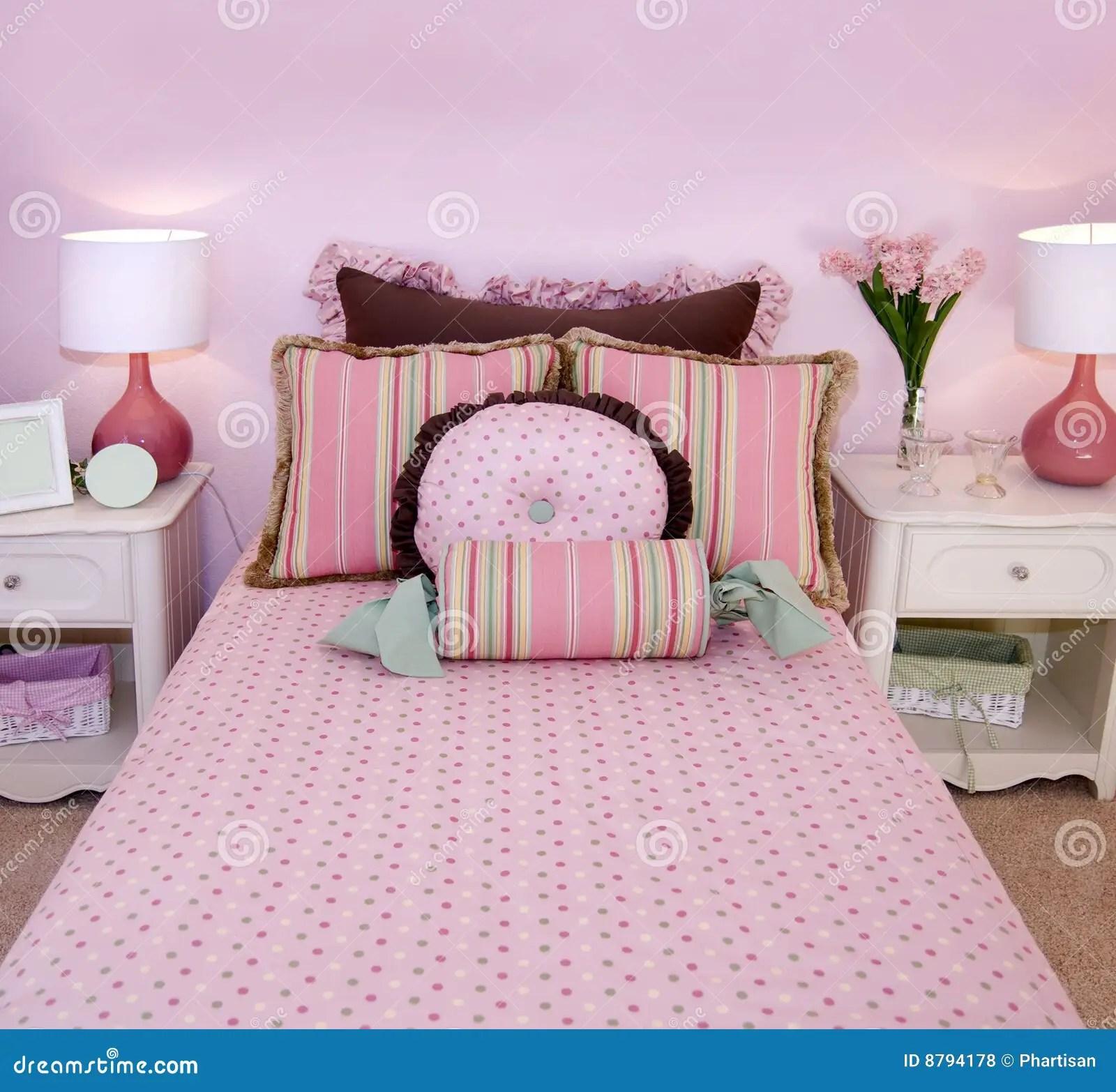 Bella camera delle ragazze nel brillante colore rosa con letto in legno intagliato e giocattoli. Ragazze Della Camera Da Letto Piccolo Colore Rosa Fotografia Stock Immagine Di Circondare Stile 8794178