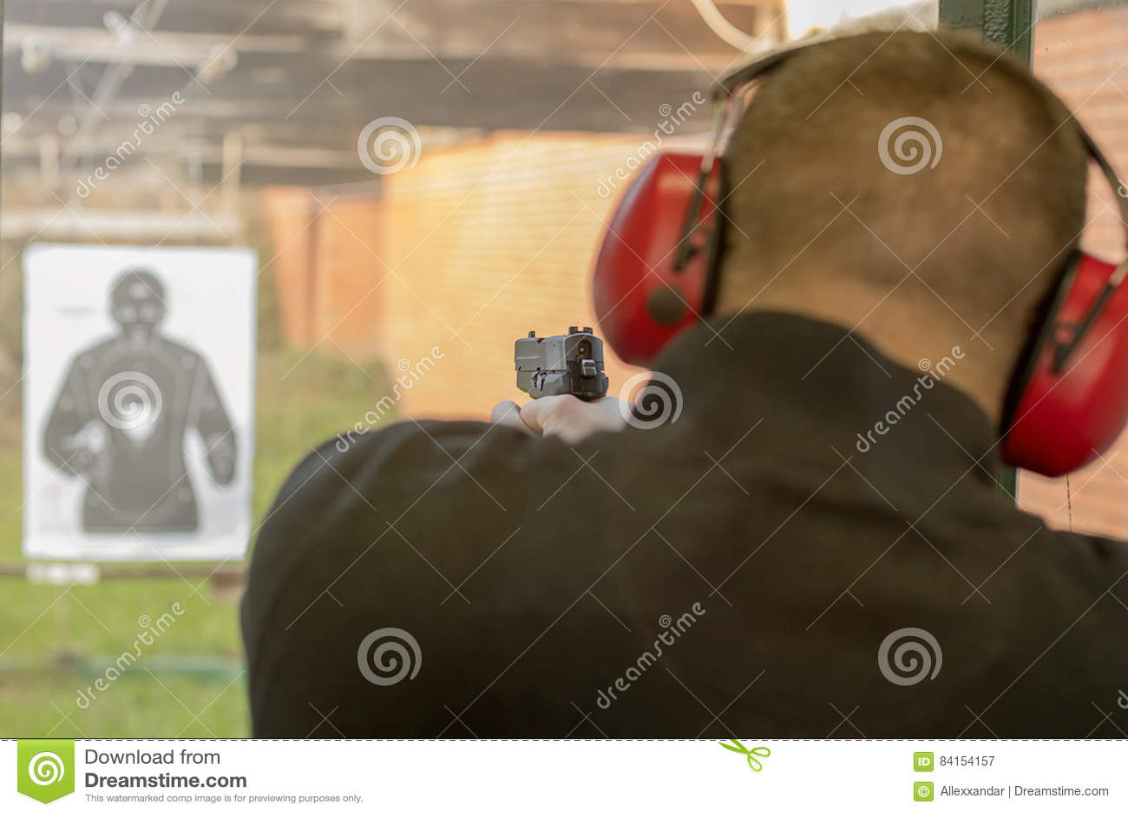 Skjuta Med En Pistol Manskottlossningpistol I Skjutbana Fotografering för Bildbyråer - Bild av öga. tjurar: 84154157
