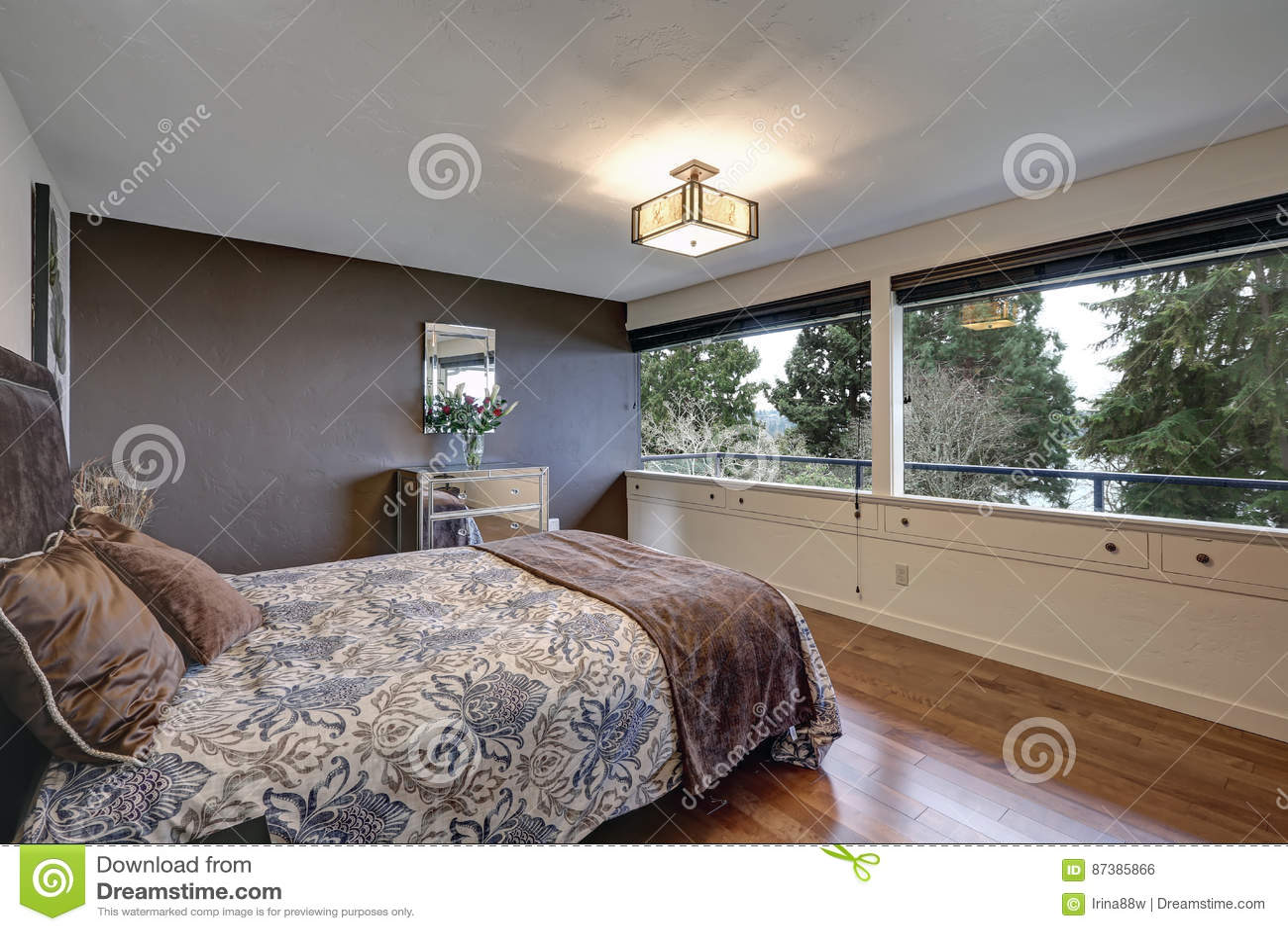 Slaapkamer Met Grijze Accentmuur Stock Foto  Afbeelding