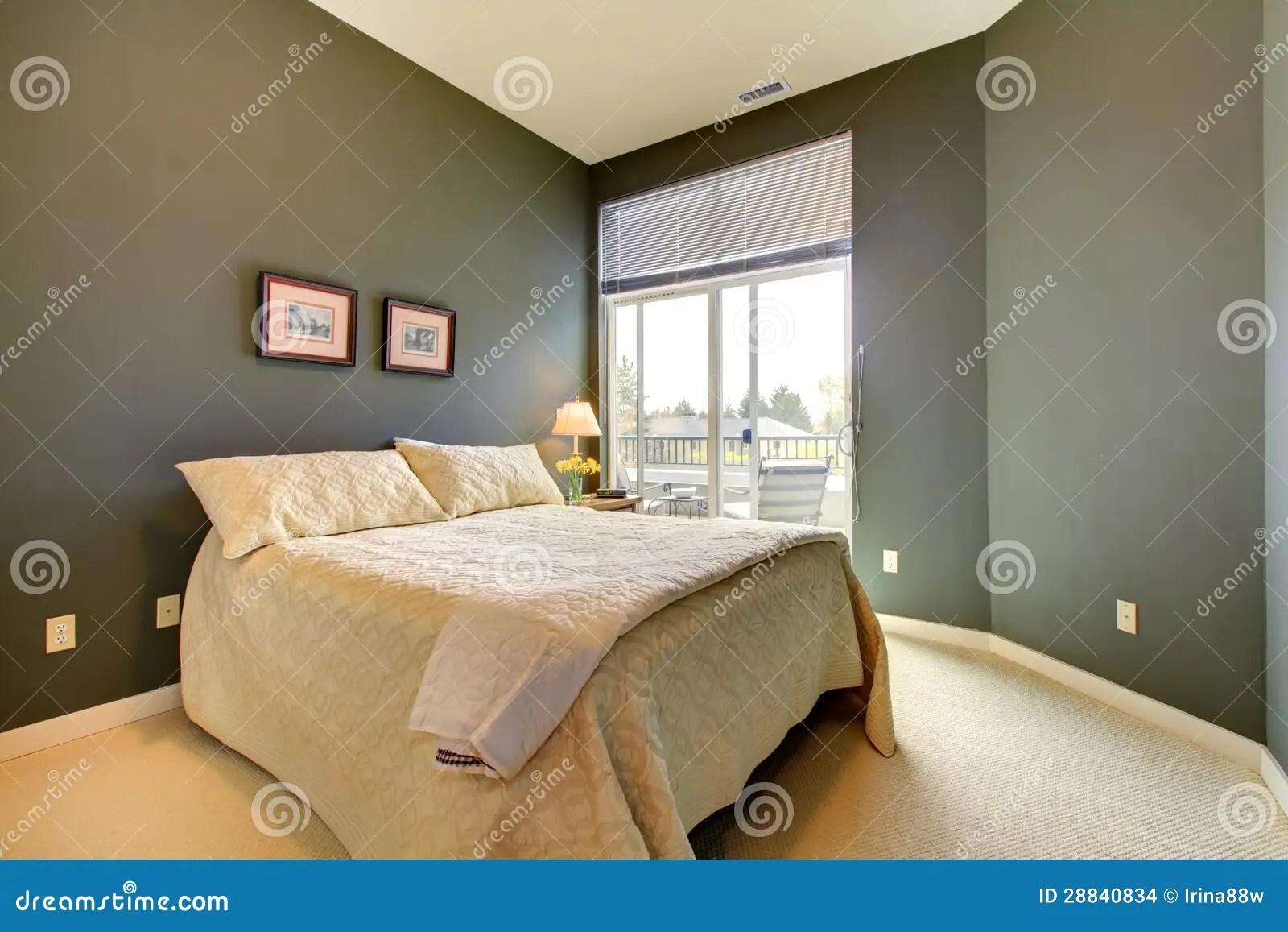 Stock Afbeeldingen Slaapkamer Met Grijze Groene Muren En Wit Beddegoed