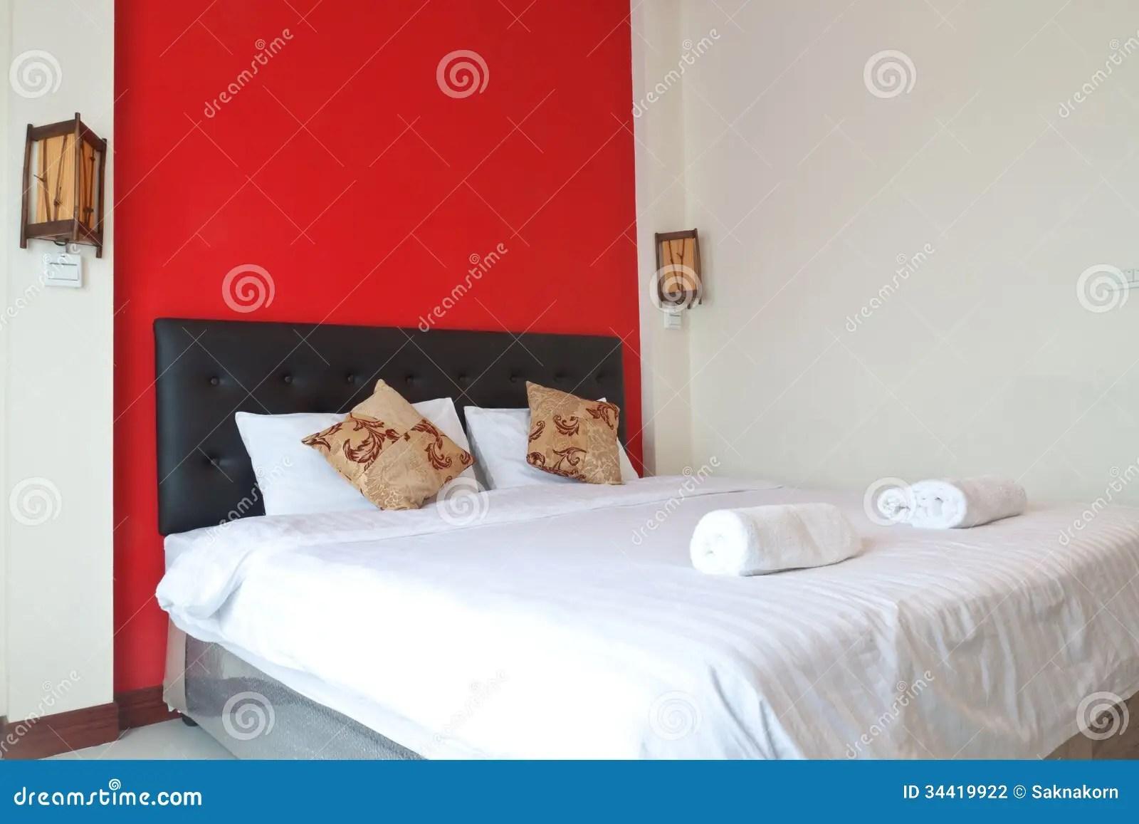 Slaapkamer met rode muur stock foto Afbeelding bestaande