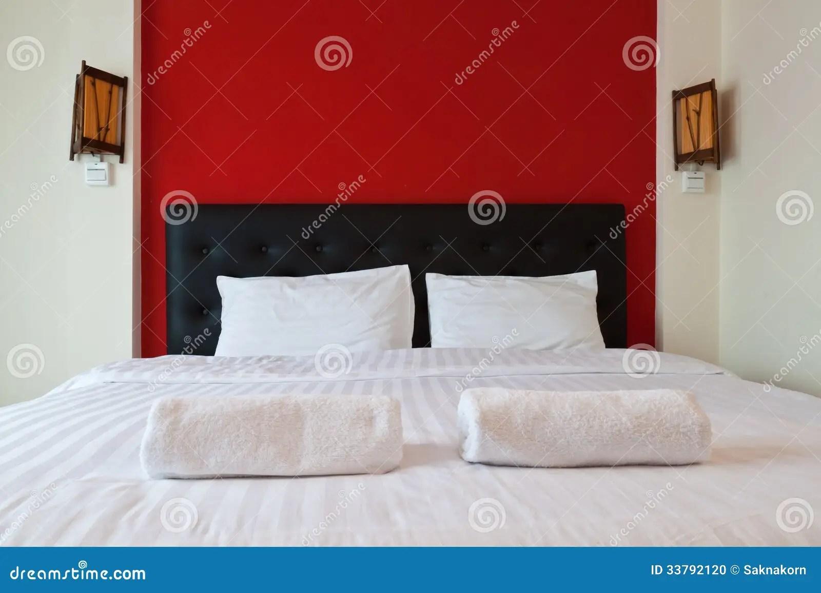 Slaapkamer Met Rode Muur Handdoek Op Het Bed Stock Foto