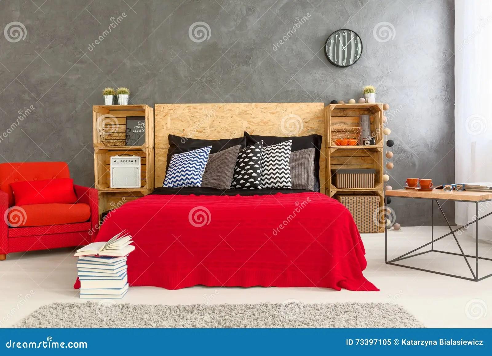 Slaapkamer In Rood En Grijs Stock Afbeelding  Afbeelding