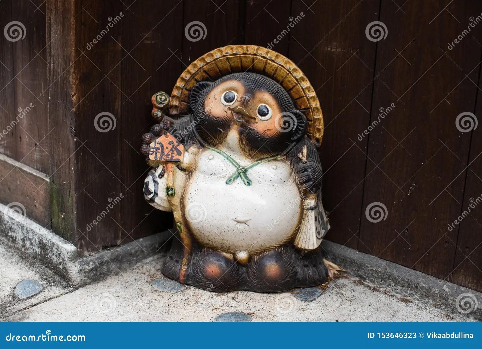 statue japonaise de tanuki dans un