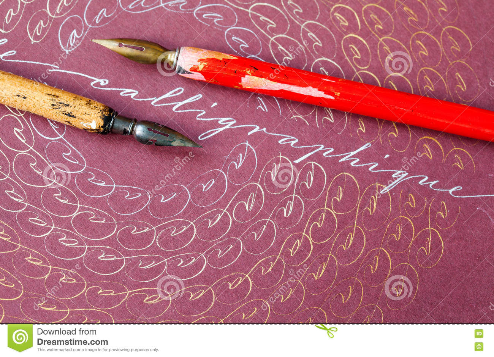 stylos plumes en bois cadre artistique avec les lettres a concept de word calligraphique encre argentee en bronze papier rose photo stock image du bronze lettre 77399424