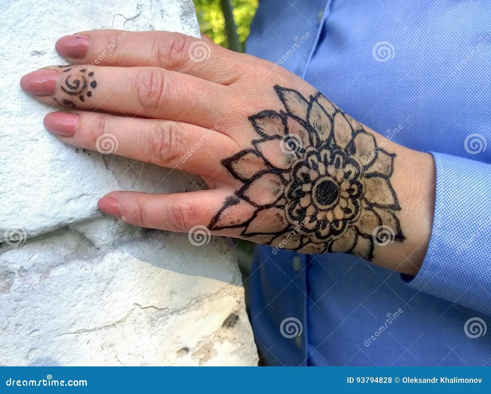 Tatuaje Bajo La Forma De Flor En Una Mano Del S De La Mujer Foto