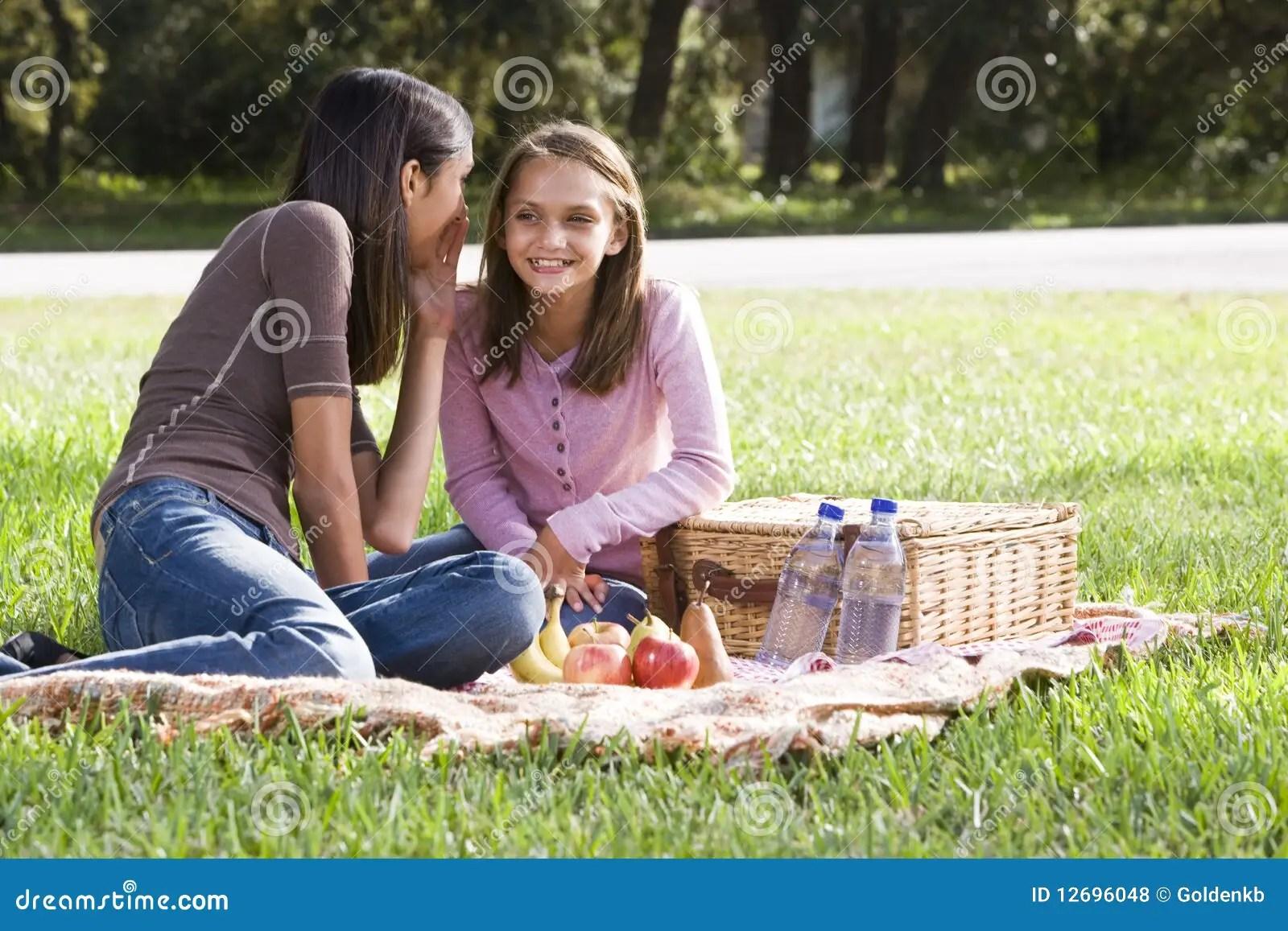 Twee Meisjes Die Picknick In Park Hebben Stock Foto