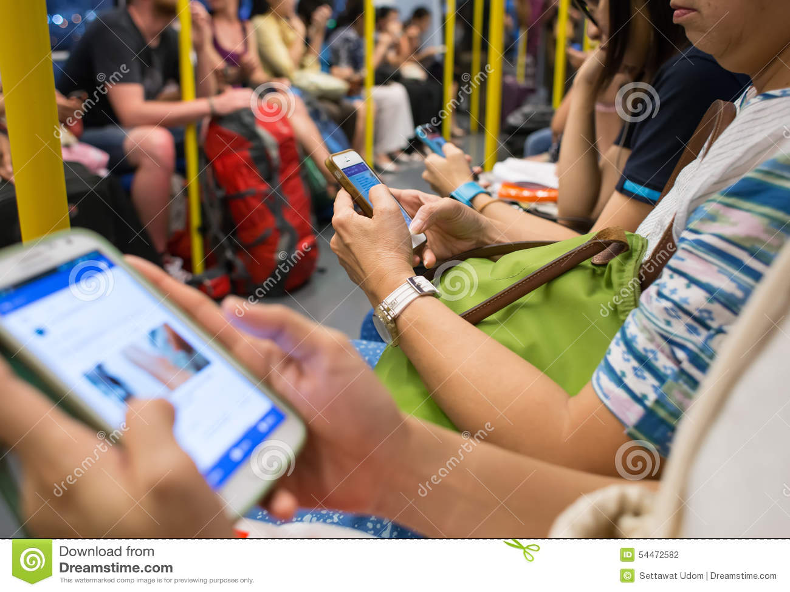 Unbekannte Leute Benutzen Handy Whrend Reise Mit Der UBahn Redaktionelles Stockfotografie