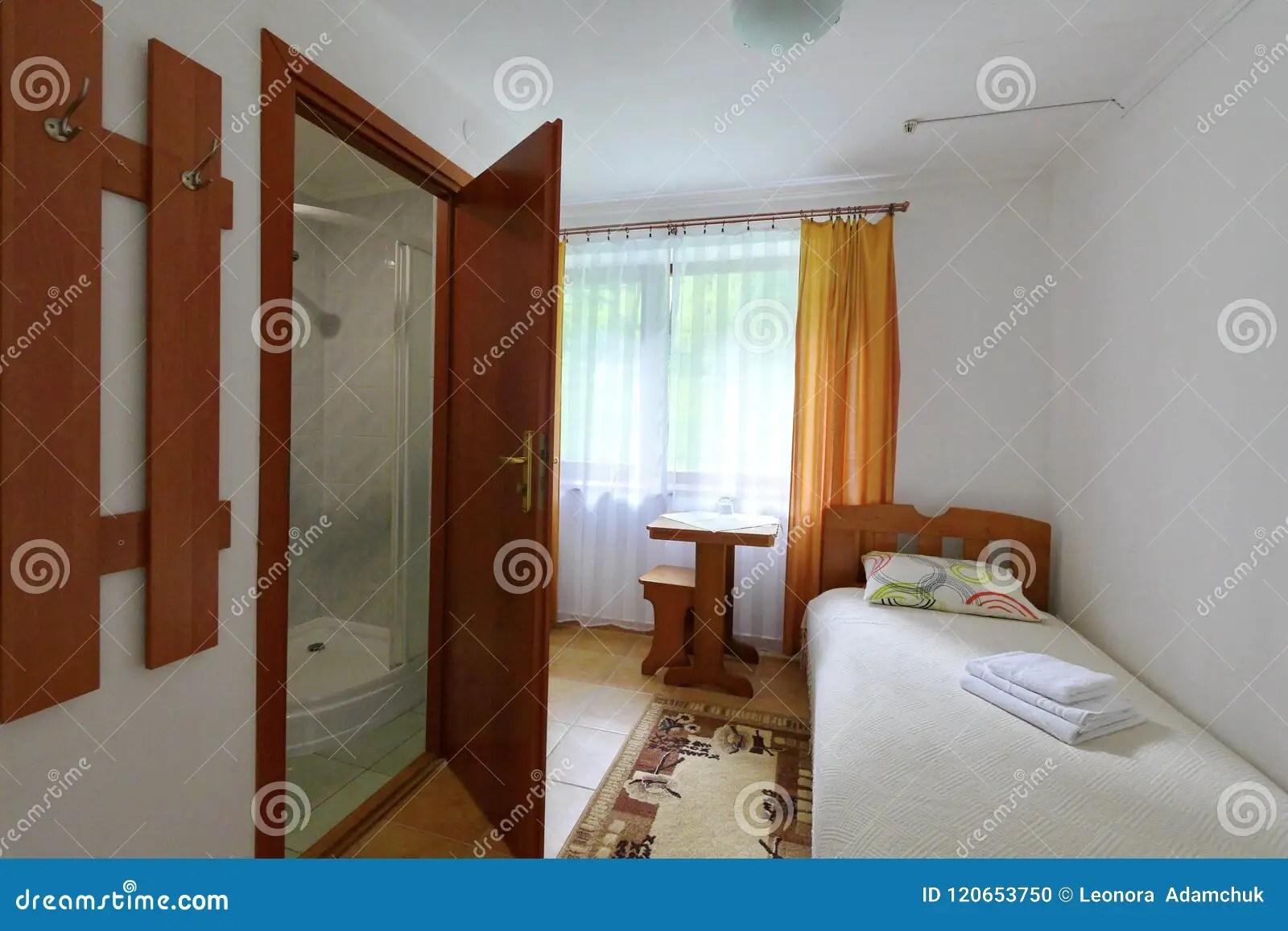 Une Petite Chambre D Hotel Avec Une Salle De Bains Combinee Et Un Lit Photo Stock Image Du Petite Hotel 120653750