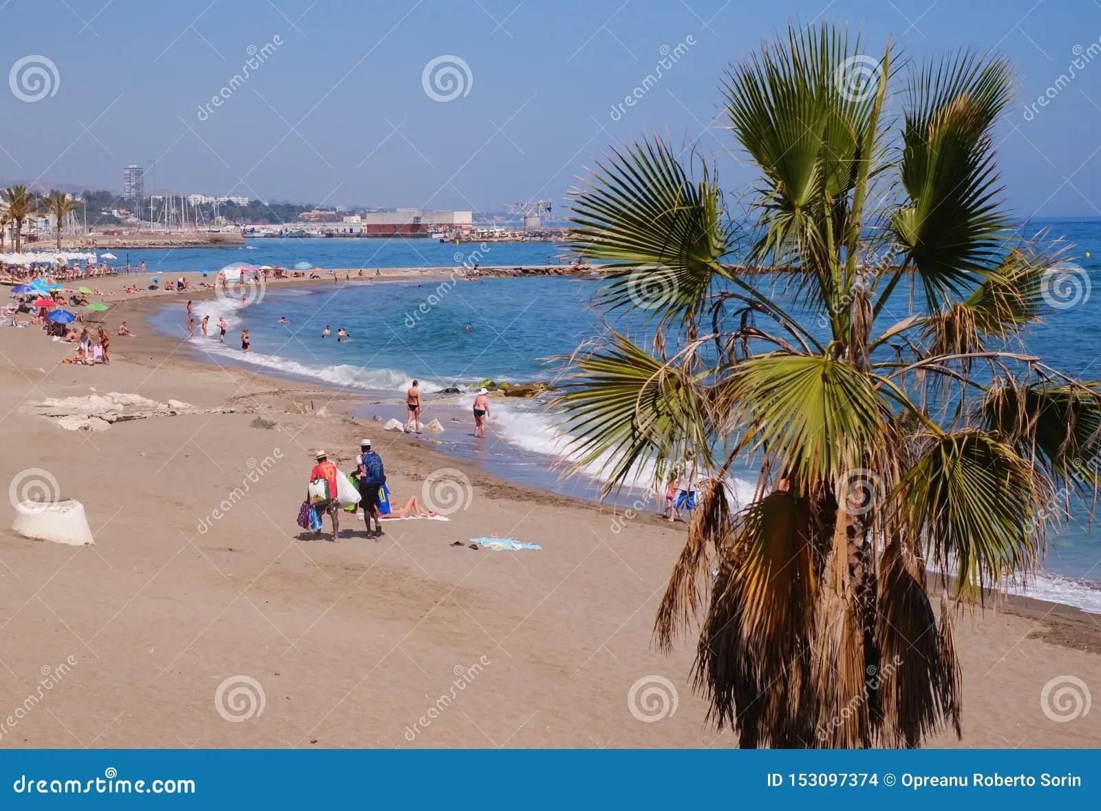 https fr dreamstime com vacanciers prenant bain soleil plage v nus marbella espagne juin les chouent villes lieu vill giature province image153097374