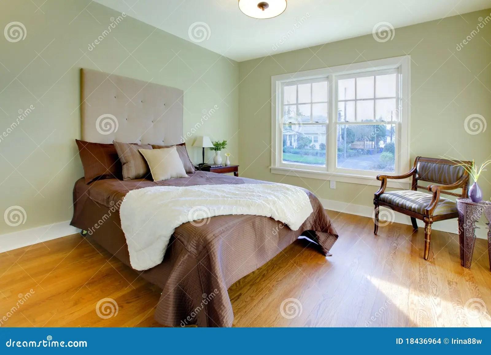 Verse Groene Slaapkamer Met Modern Bruin Bed Stock Foto