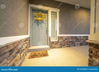 Vista Exterior Frontal De La Casa Con Puerta Gris Puerta De Color Amarillo Wreaath Y Brillo Foto de archivo Imagen de pórtico diseño: 157708476
