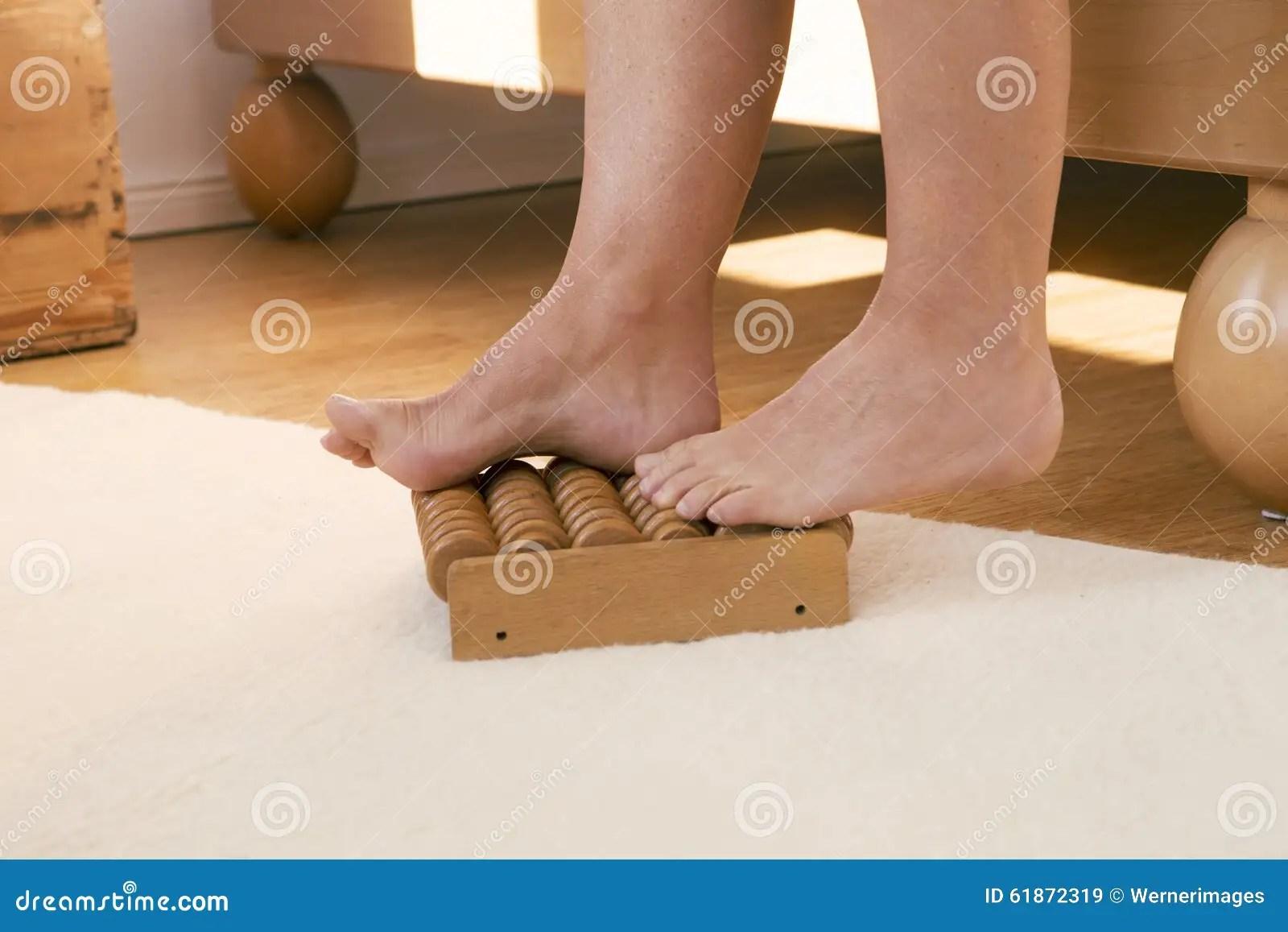 Voeten Op Houten Massagerol Stock Afbeelding  Afbeelding