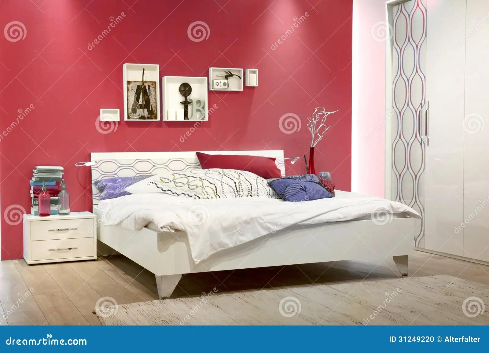 Witte Slaapkamer Met Rode Muur Stock Foto  Afbeelding