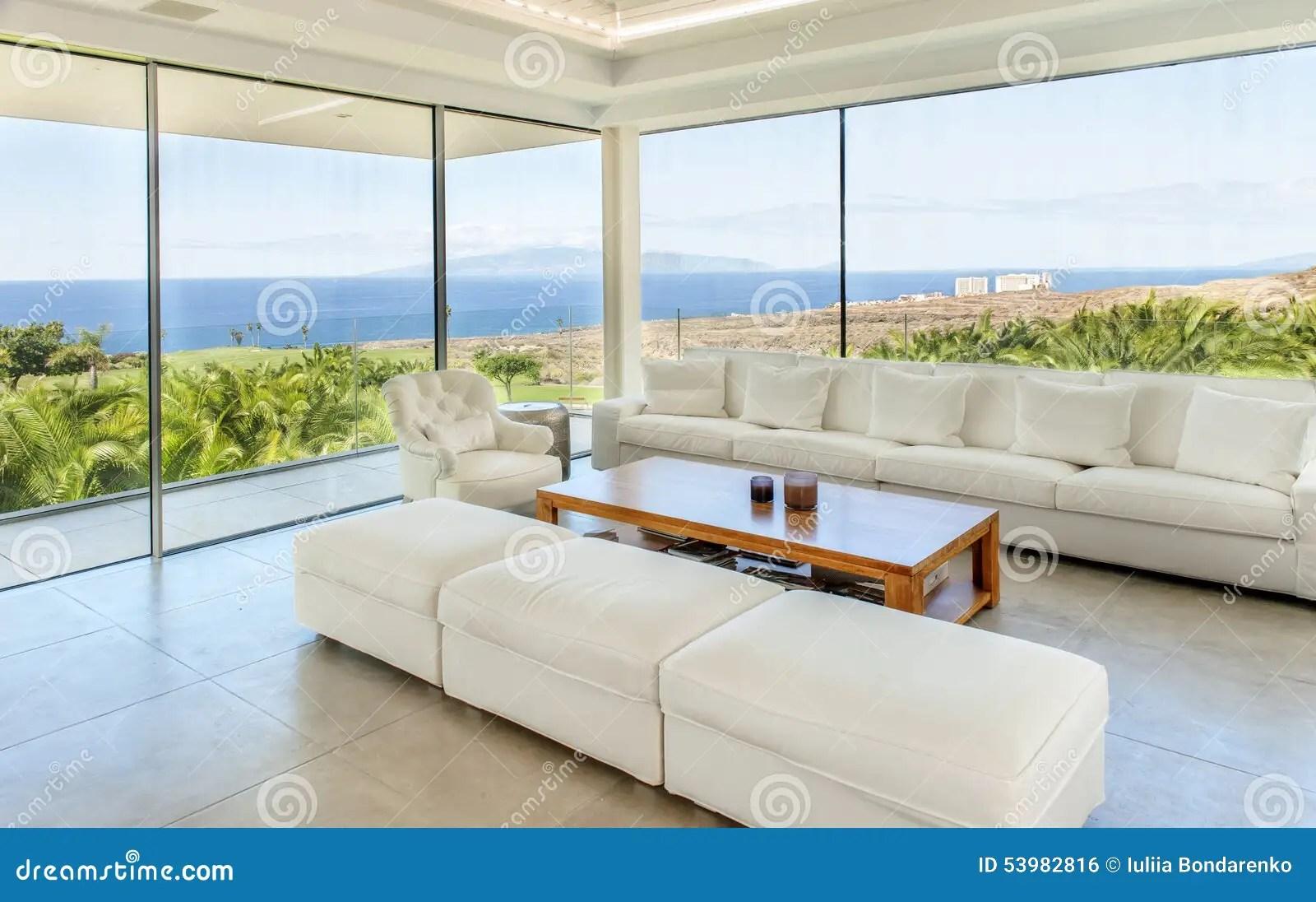 Woonkamer In De Moderne Villa Stock Foto  Afbeelding