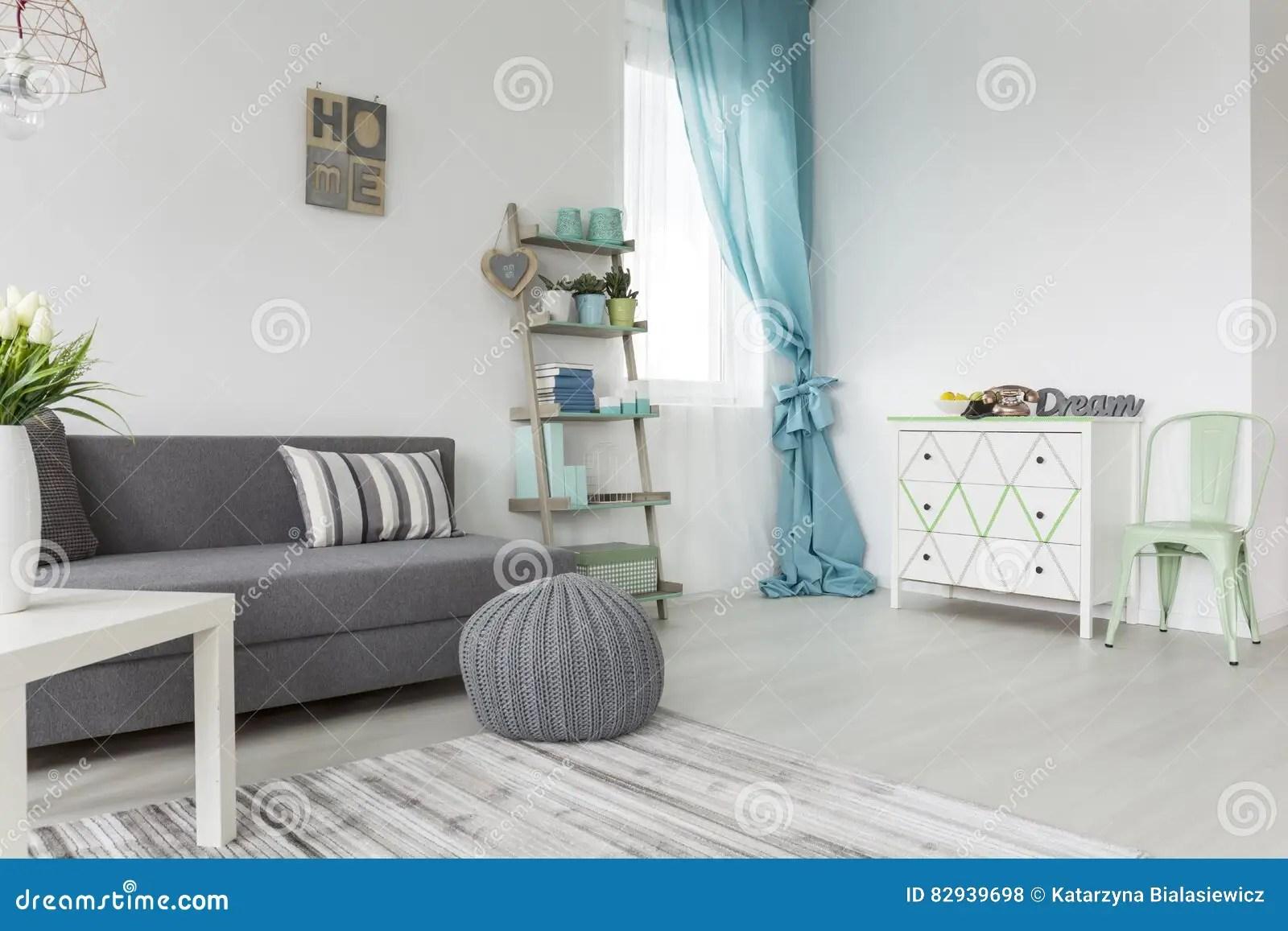 Woonkamer In Grijs En Pastelkleuren Stock Foto