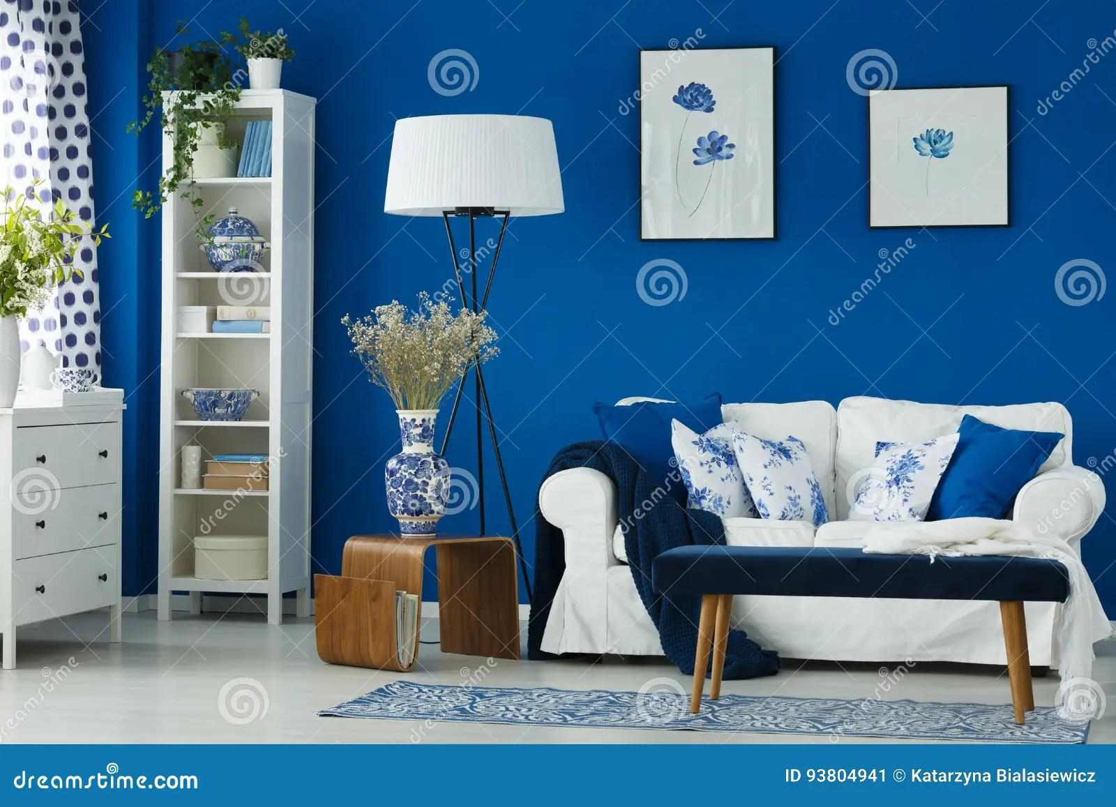 Woonkamer met blauwe muren stock afbeelding Afbeelding