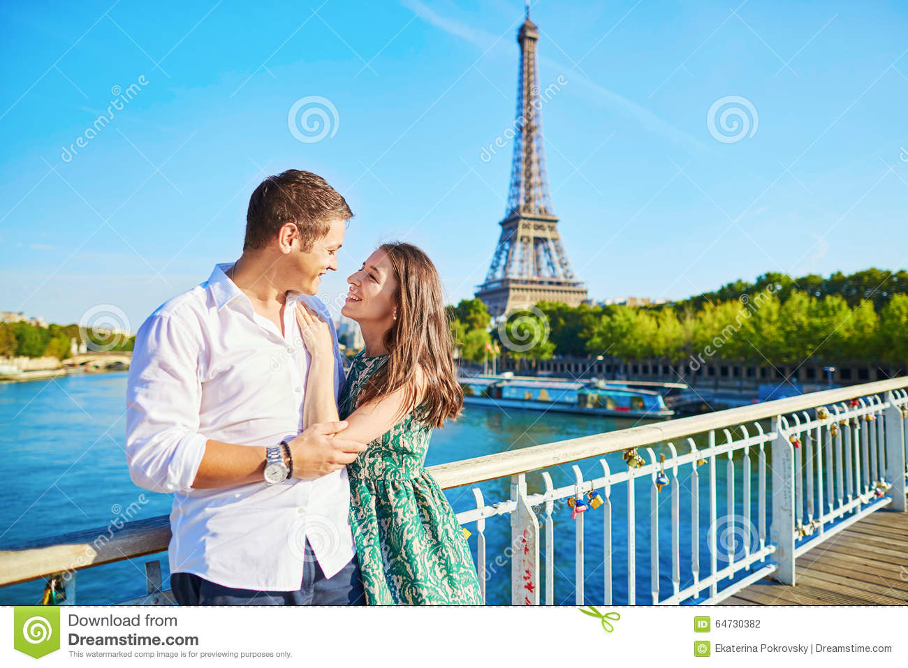 Hd Wallpapers Of Cute Kissing Couples Young Romantic Couple Spending Their Vacation In Paris