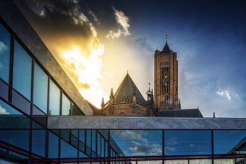 De Eusebiuskerk achter het stadhuis van Arnhem tijdens zonsondergang