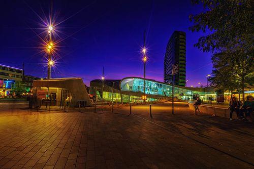 Het centraal station van Arnhem tijdens het blauwe uur
