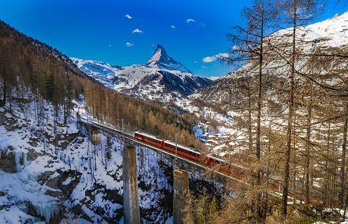 Viaduct over de Findelbach met uitzicht op Matterhorn bij Zermatt