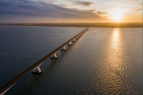 Luchtfoto van de Zeelandbrug met zonsondergang