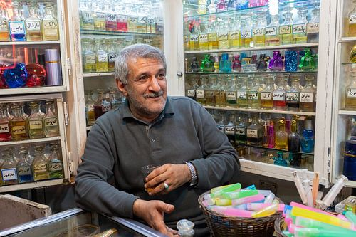 Potrait van de Iraanse man in zijn winkel
