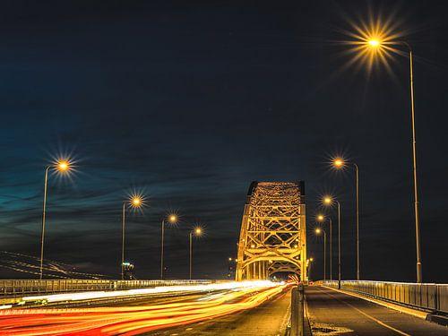 Waalbrug bij nacht