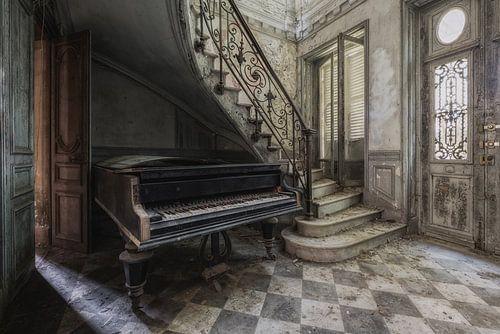 Oude piano in verlaten kasteel