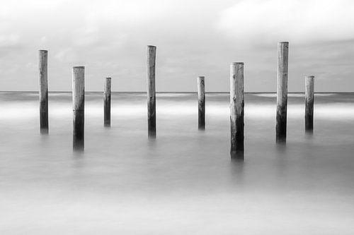 Strandpalen in zee