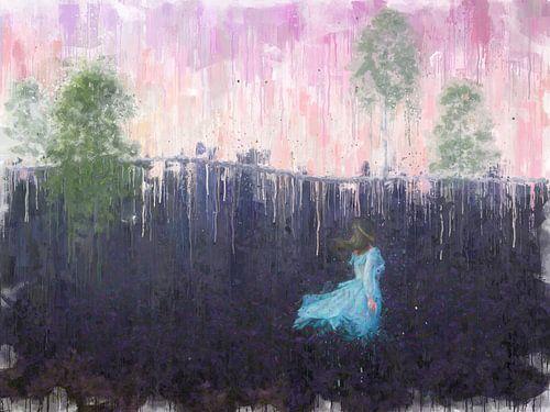 Vrouw in blauwe jurk over de bloeiende heide