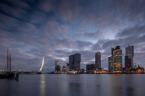 Stadsgezicht Rotterdam bij zonsopkomst