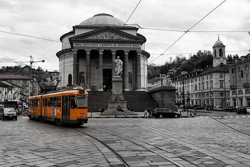 Tram in Turijn  bij de Gran Madre
