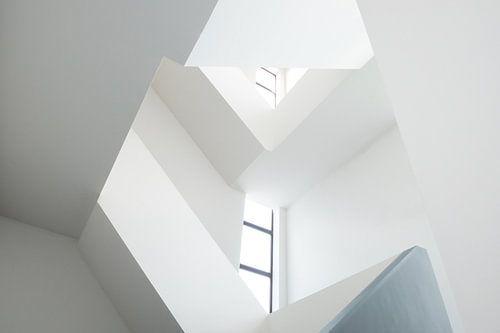 Abstract wit trappenhuis met ramen