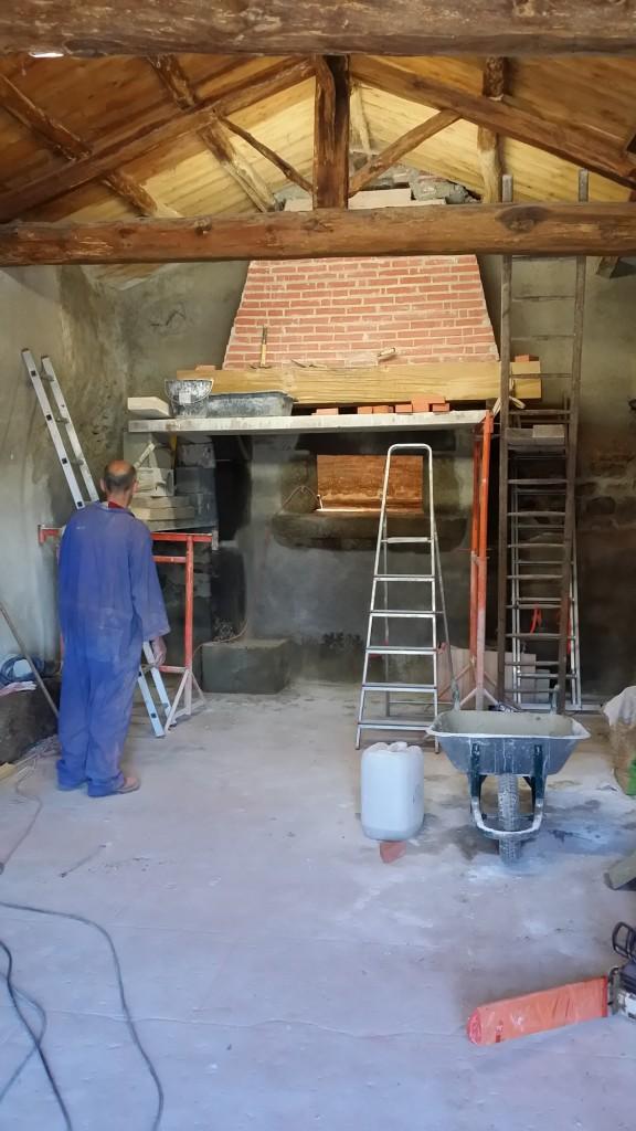 Un poutre de 150 kg pour remplacer le linteau en Volvic effondré et cassé...