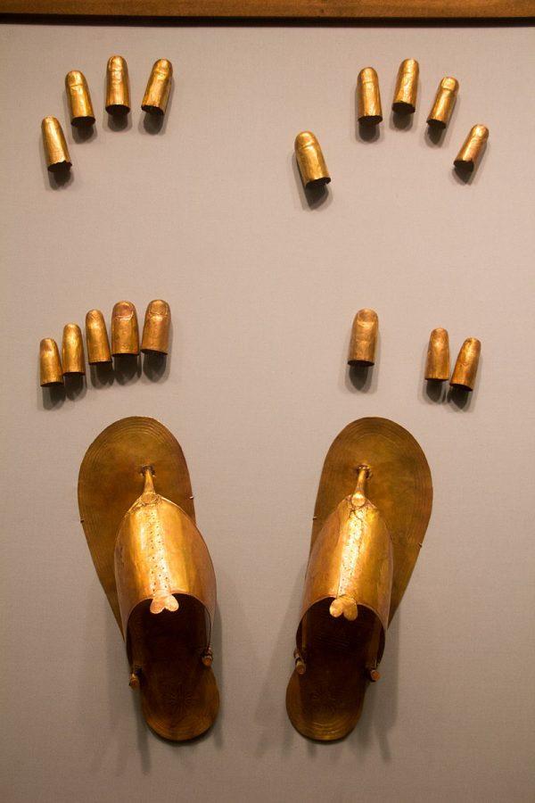 Cubrededos de manos y pies de pan de oro, y sandalias de oro, hallados en la tumba de las esposas asiáticas de Tutmosis III, en exhibición en el Museo Metropolitano de Arte de Nueva York