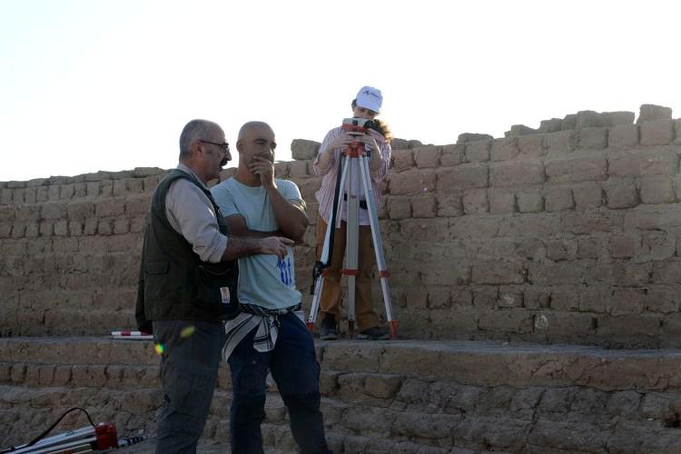 Javier Martínez y Manuel Abelleira junto a la tumba donde ha sido hallado el pozo.