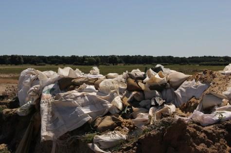 Sandsäcke und Big Bags an der Bruchstelle des Deiches