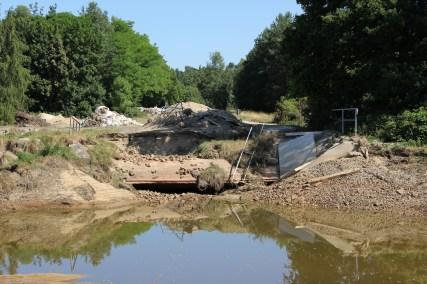 Von den Fluten zerstörte Radwegbrücke