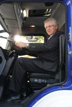 Karl-Georg Wellmann, MdB, testet den Fahrersitz