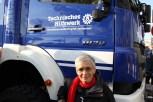 Dr. ute Finckh-Krämer, MdB, vor der Beifahrertür