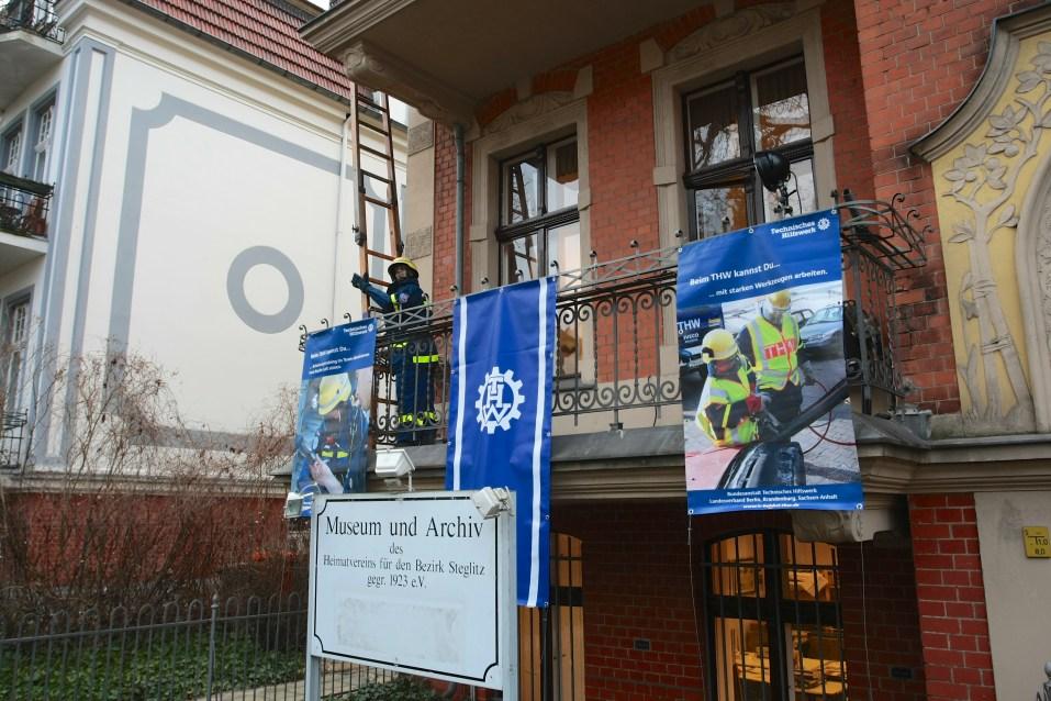 Schon am Eingang fällt die Ausstellung ins Auge. Foto: THW/Jan Holste