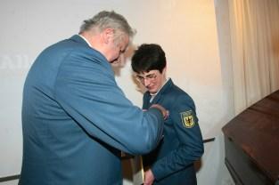 THW-Präsident Albrecht Broemme verleiht Hedwig Karkut das Ehrenzeichen in Bronze.