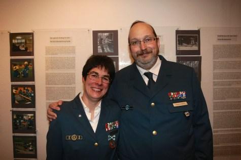 Hedwig Karkut mit ihrem Mann Markus nach der Verleihungszeremonie. Foto: THW/Jan Holste