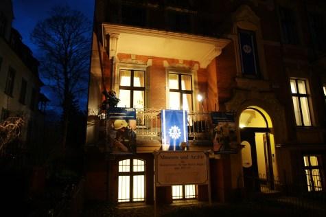 Auch in der Nacht ist die Ausstellung gut zu erkennen. Foto: THW/Jan Holste