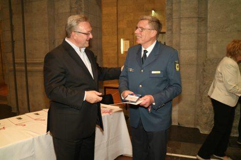 Innensenator Henkel ehrt Per Ernst für 55 Jahre im THW.Foto: THW/J. Schwemmer