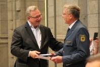 Innensenator Henkel ehrt Per Ernst für 55 Jahre im THW. Foto: THW/Sascha Barnewske